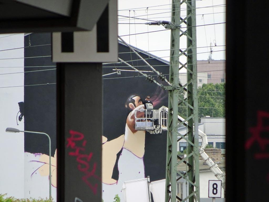 Streetart-Fotografie in Frankfurt - Schwarze Wand mit oberkörperfreie Männer