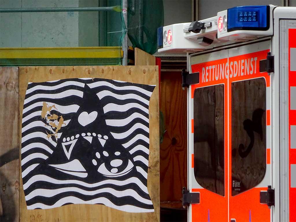 Streetart in Frankfurt mit Auge, Schnabel und Herz