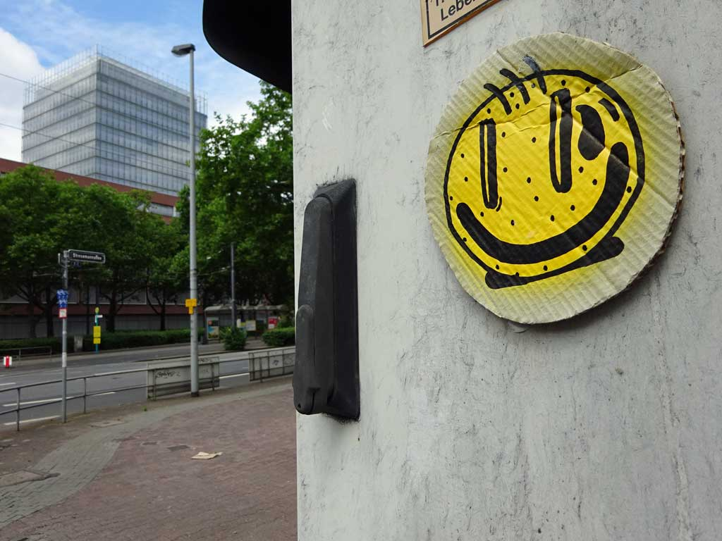 Smiley auf Pappe in Frankfurt