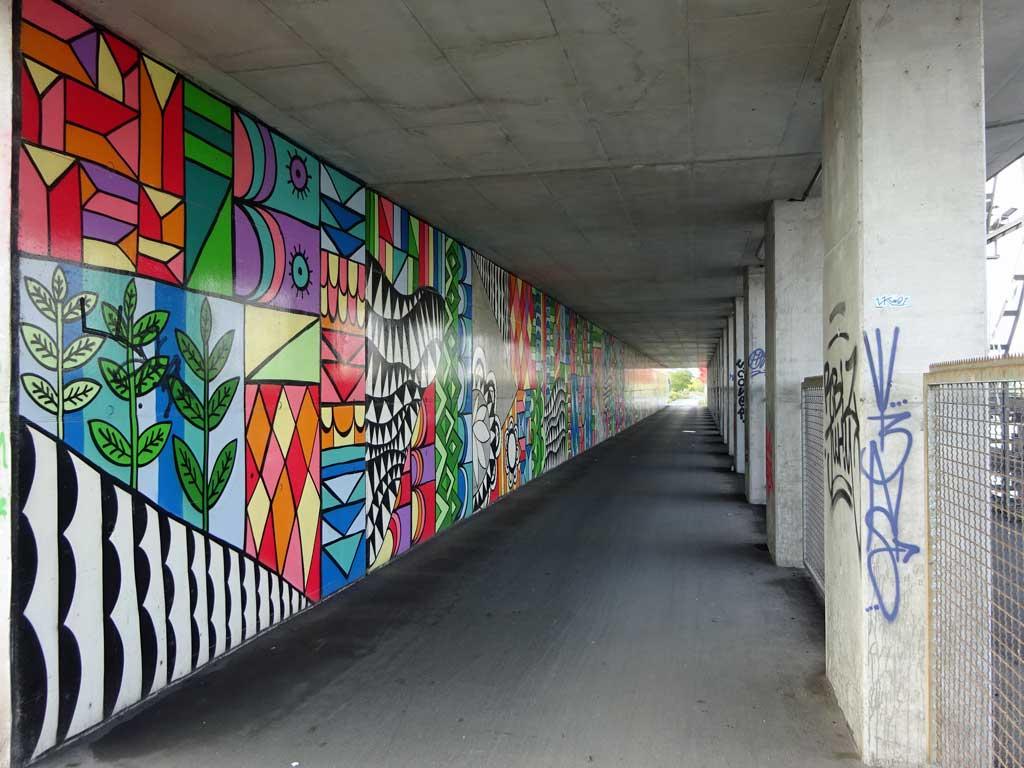 Thekra Jaziri - Wandgestaltung einer Stützwand am Hafenbecken Offenbach