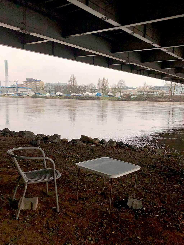 Tisch und Stuhl unter der Kaiserleibrücke