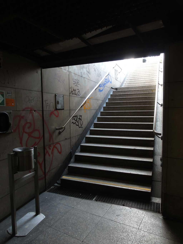 Treppen und Tags an den Wänden am Frankfurter Hauptbahnhof