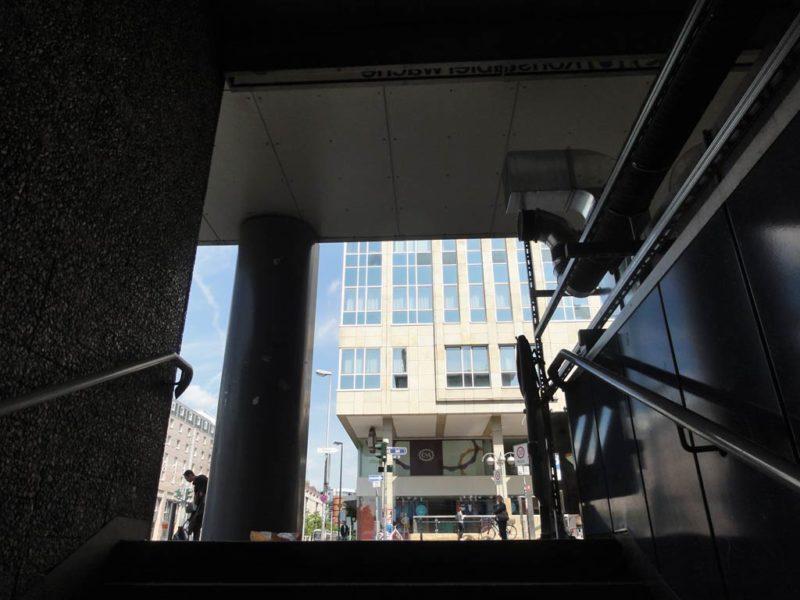 Treppen hinauf laufen an der Konstablerwache in Frankfurt