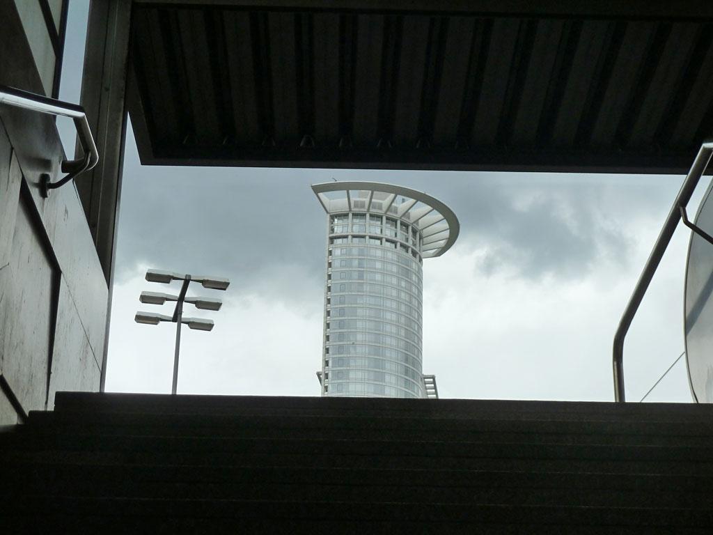 Blick auf das Kronenhochhaus von der Straßenbahnhaltestlle des HBF in Frankfurt