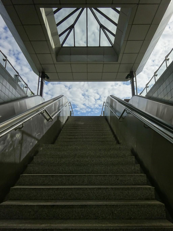 Treppenaufgang in der U-Bahn-Station Ostbahnhof in Frankfurt