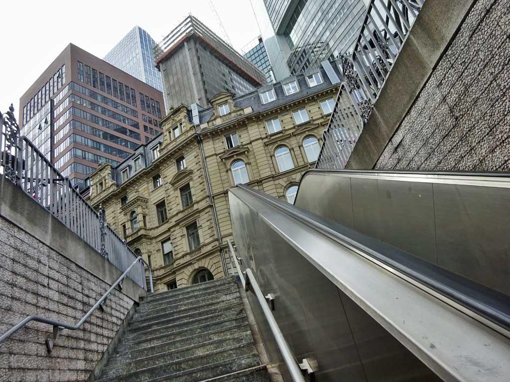 Treppenaufgang der Haltestelle Willy-Brandt-Platz in Frankfurt