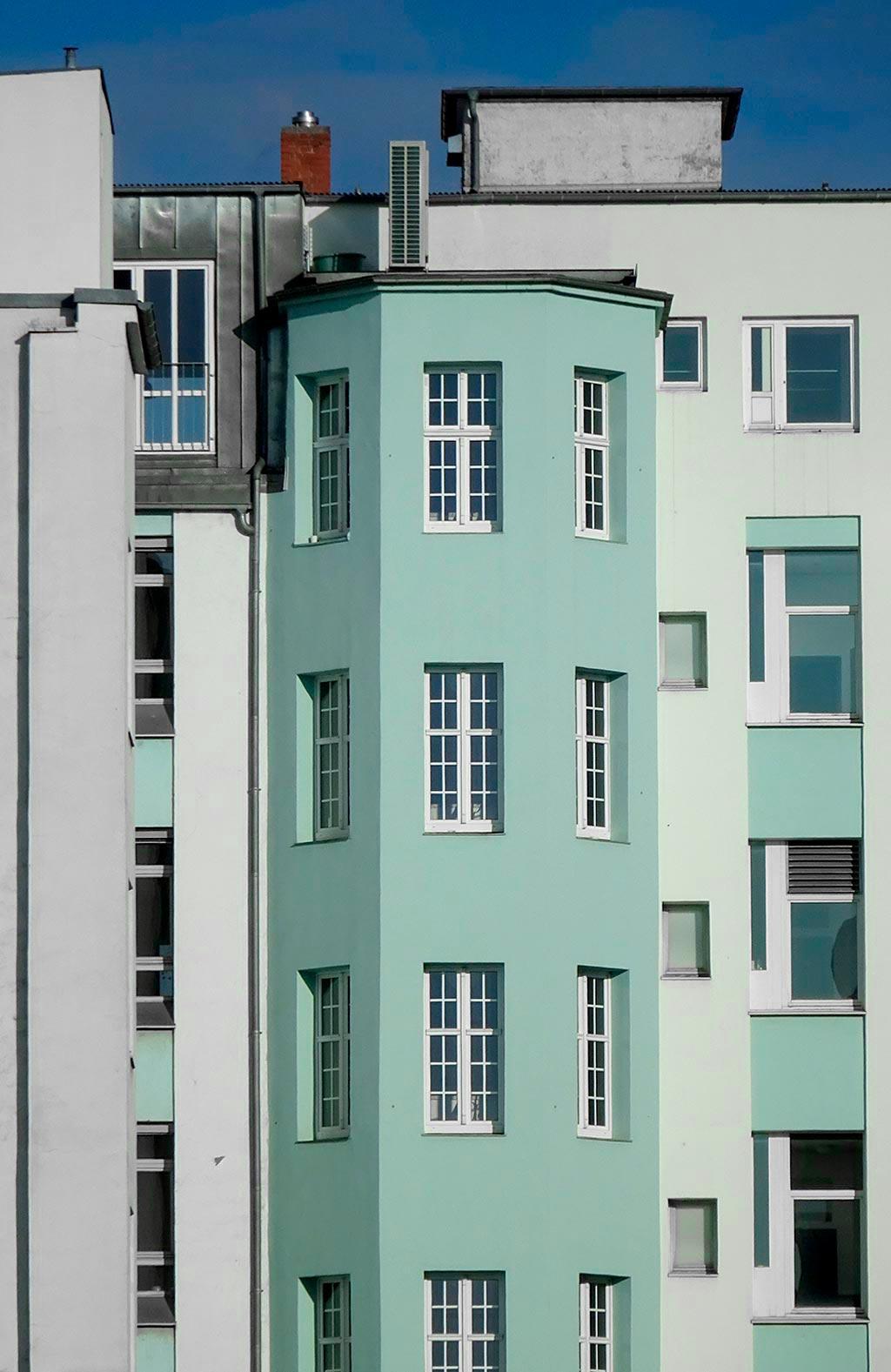 Türkis-farbene Hausfassade im Frankfurter Ostend