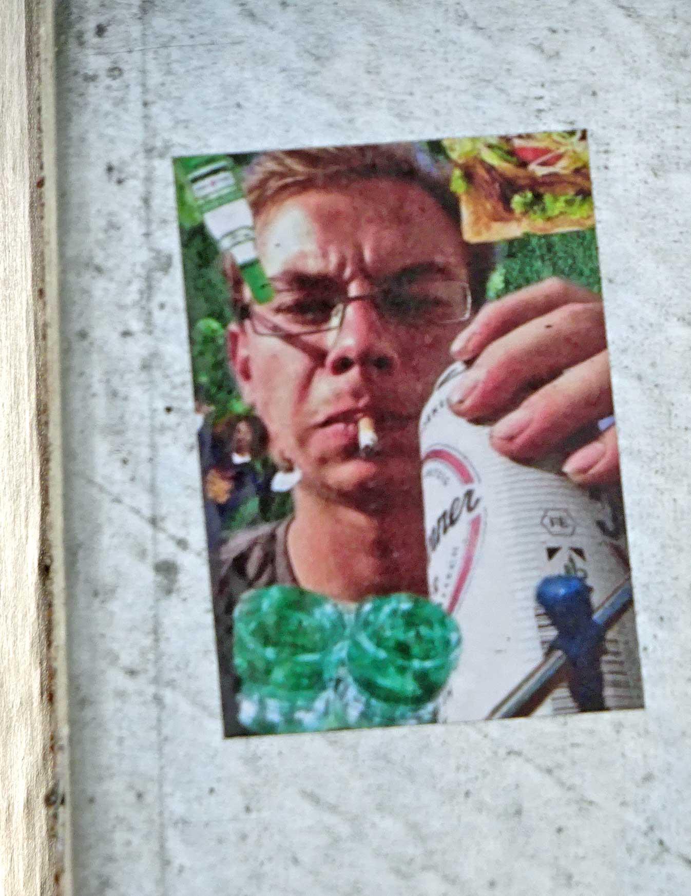 Foto eines Typs mit Zigarette und Dosenbier als Aufkleber