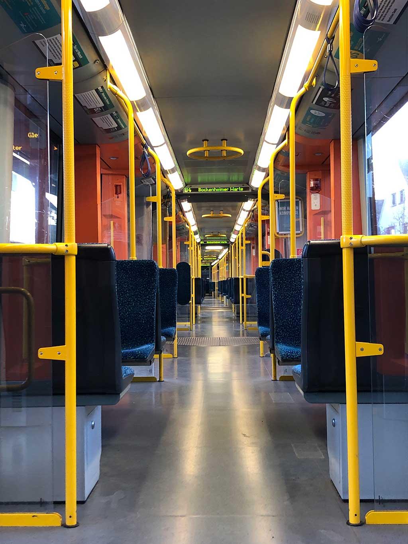 Leere U-Bahn von innen