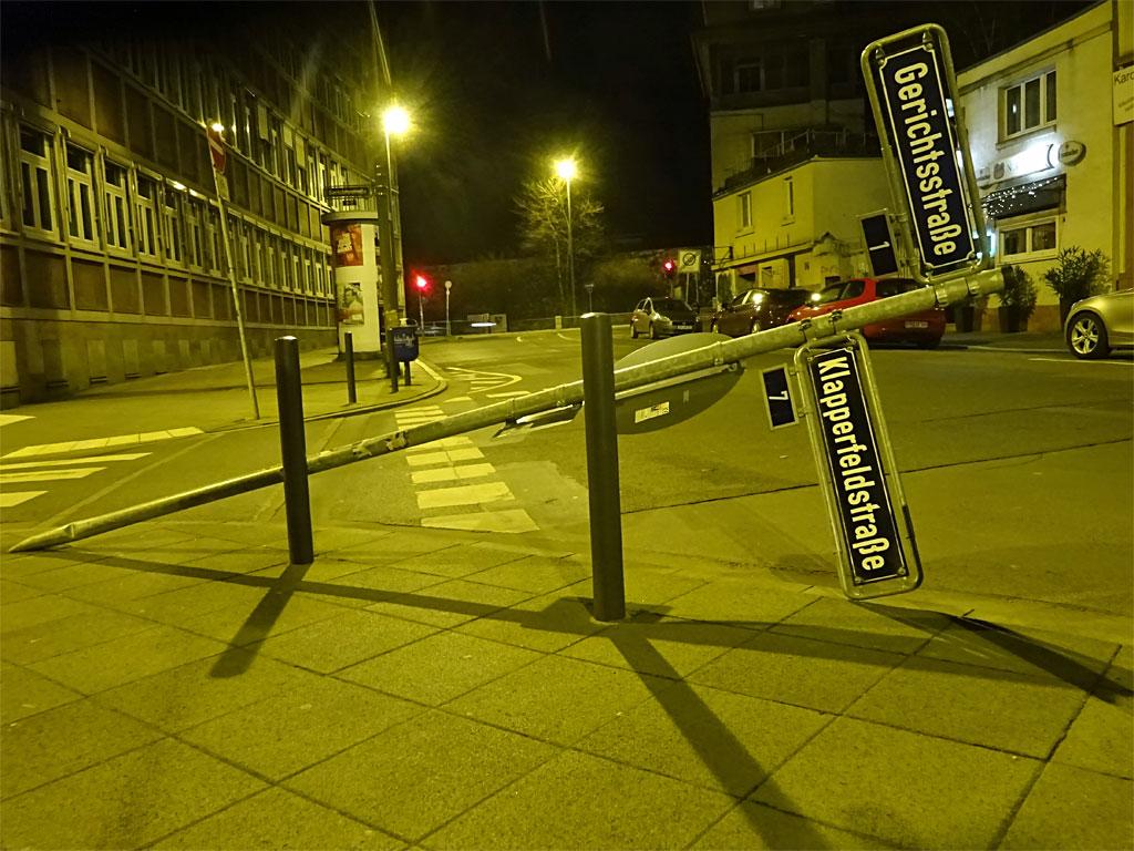 Umgefahrenes Straßenverkehrsschild in der Klapperfeldstraße