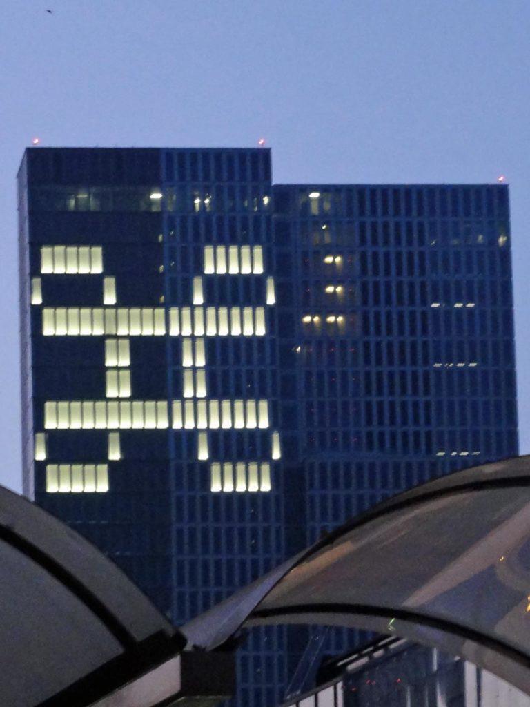 Beleuchtung eines Hochhauses in Frankfurt mit dem Unicode-Symbol/Sign of Interese
