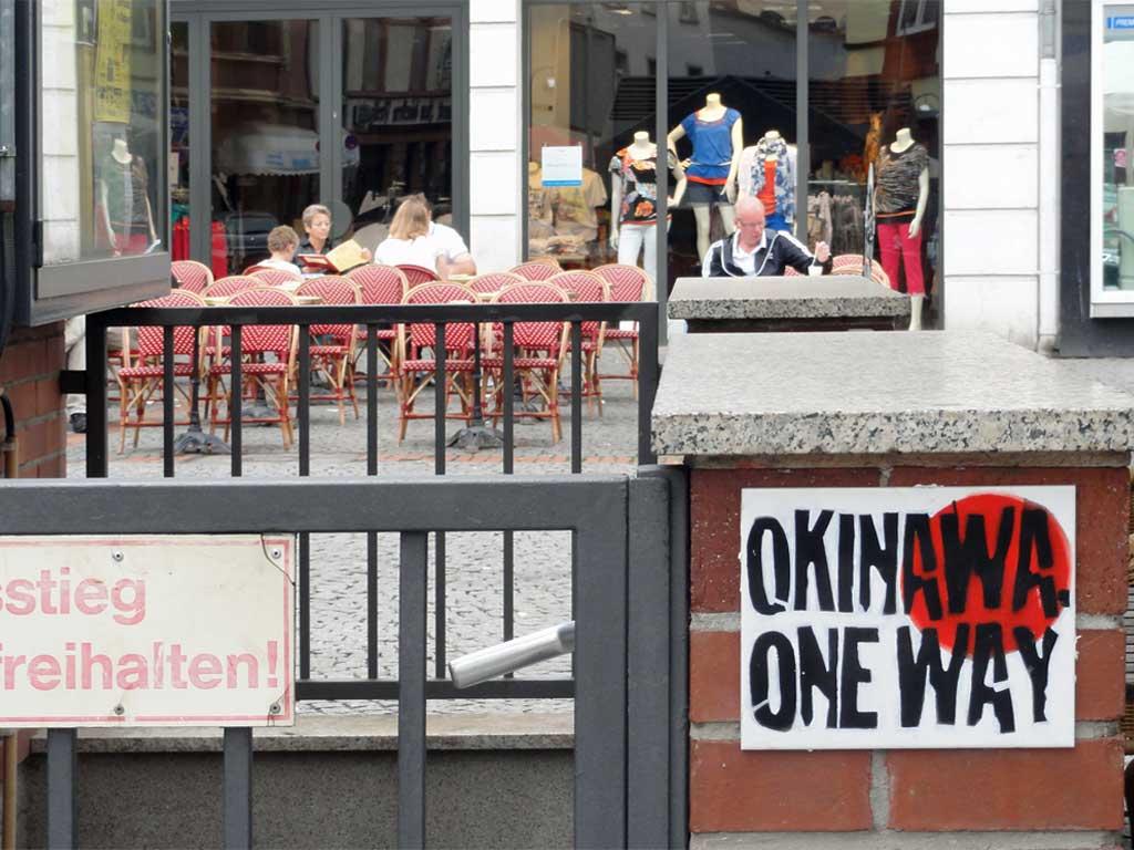 """Stencil auf Fliese mit Motiv: """"Okinawa One Way"""""""