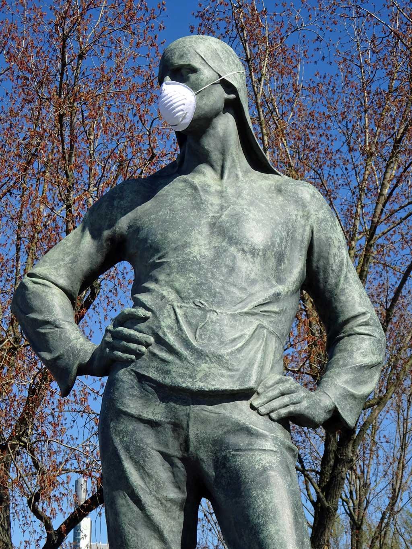 Schutzmaske an Hafenarbeiter-Skulptur