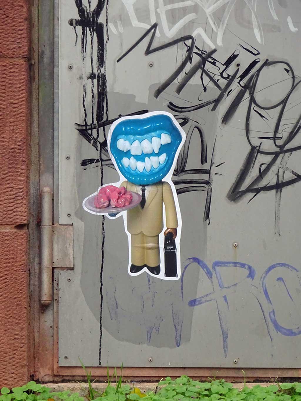Person mit Mund als Gesicht serviert Innereien