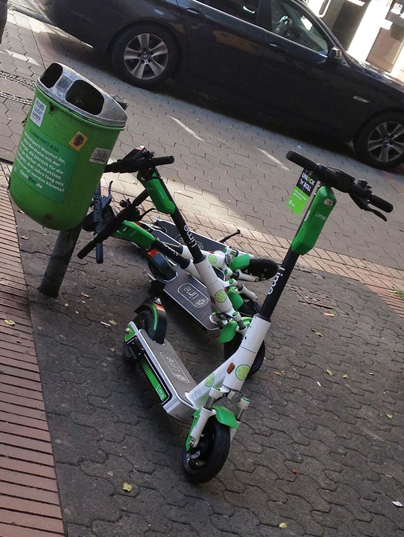 Umgekippte E-Scooter in Frankfurt