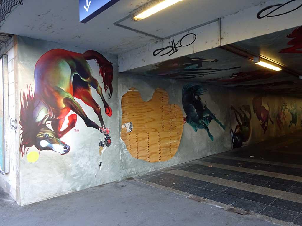 Wand mit Pferdemotiven am Frankfurter Ostbahnhof