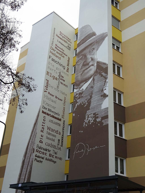 Wandkunst in Frankfurt zeigt Gerhart Hauptmann an Fassade eines Wohnhochhauses