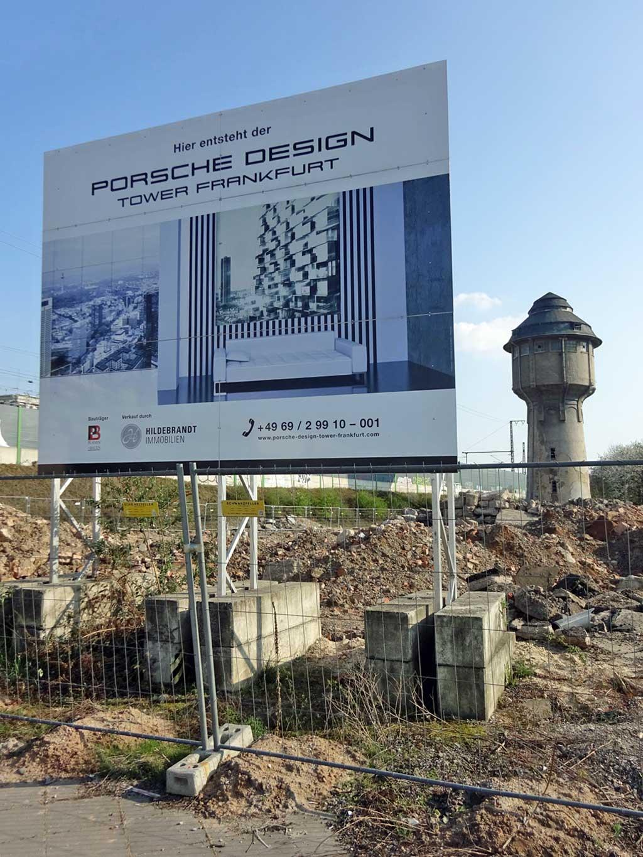 Schild zum Porsche Design Tower Frankfurt und der Wasserturm