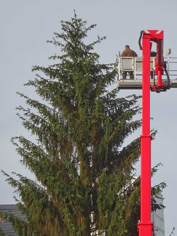 Der Weihnachtsbaum auf dem Frankfurter Weihnachtsmarkt 2018 wird geschmückt