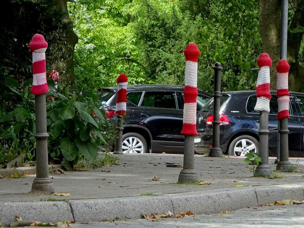 Weiß-rote Pollermützen zum Sehbehindertentag in Frankfurt am Main