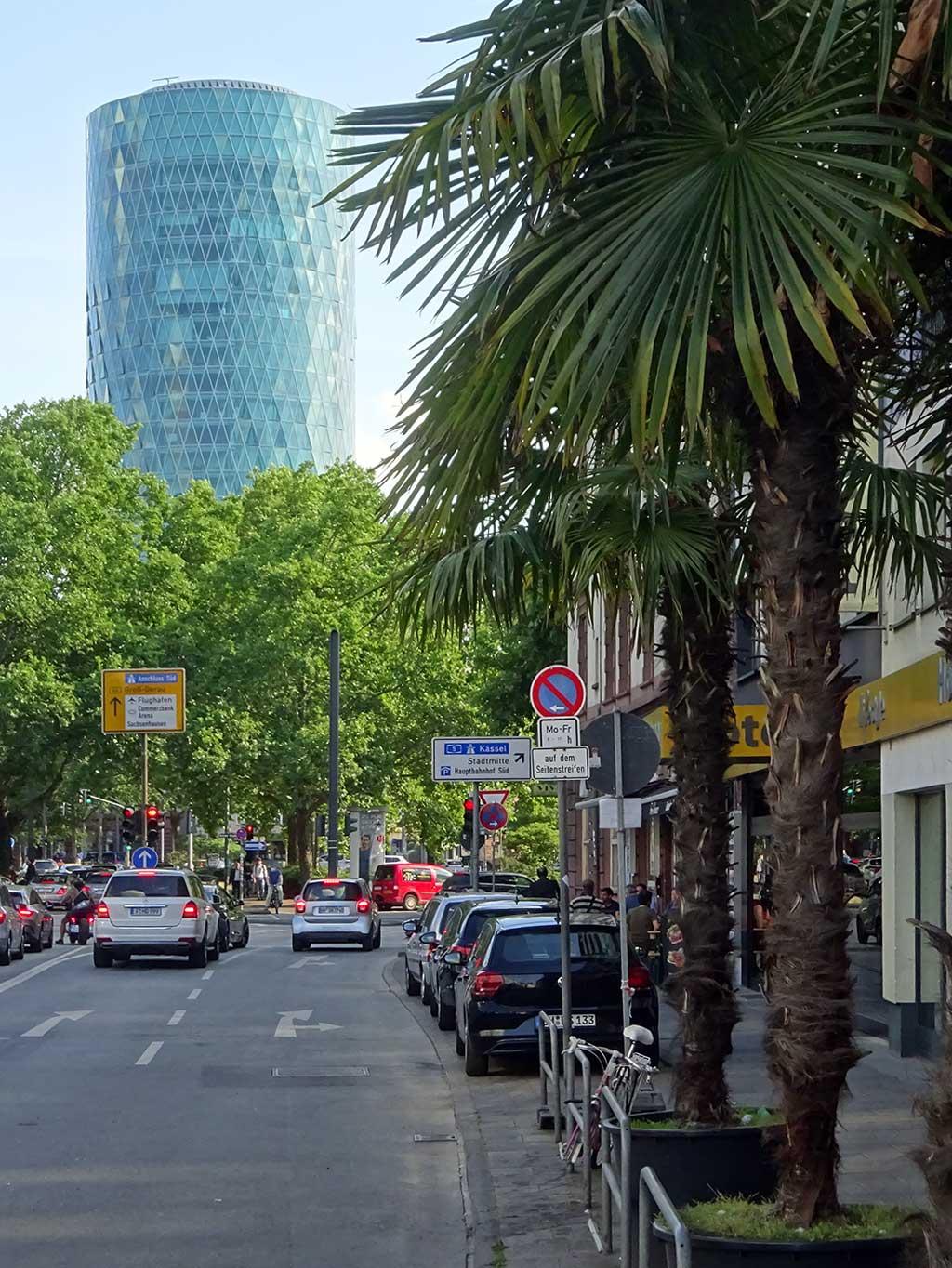 Westhafen Tower und Palmen in der Baseler Straße