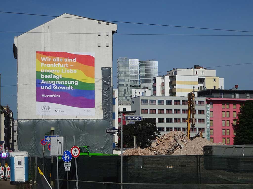 Wir alle sind Frankfurt - #LoveWins-Banner im Allerheiligenviertel