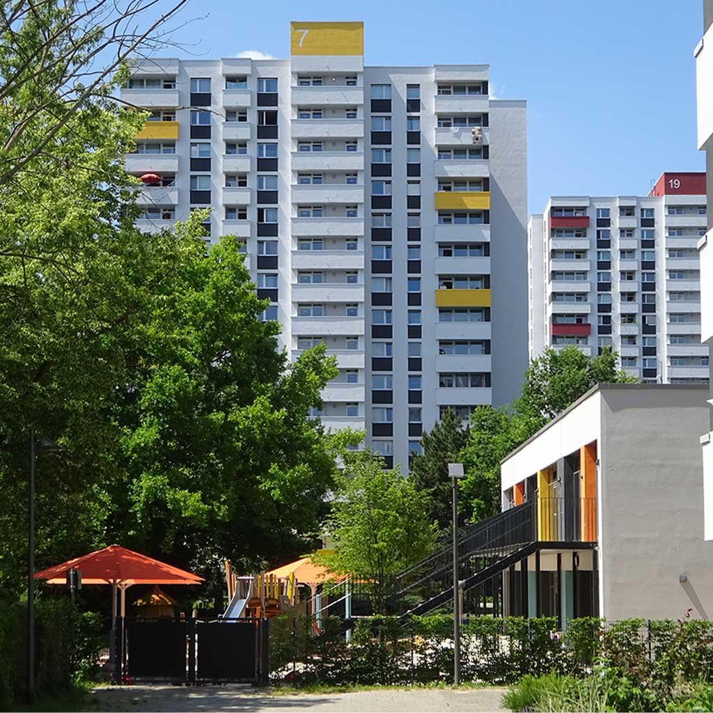 Wohnhochhaus und Spielplatz im Mainfeld
