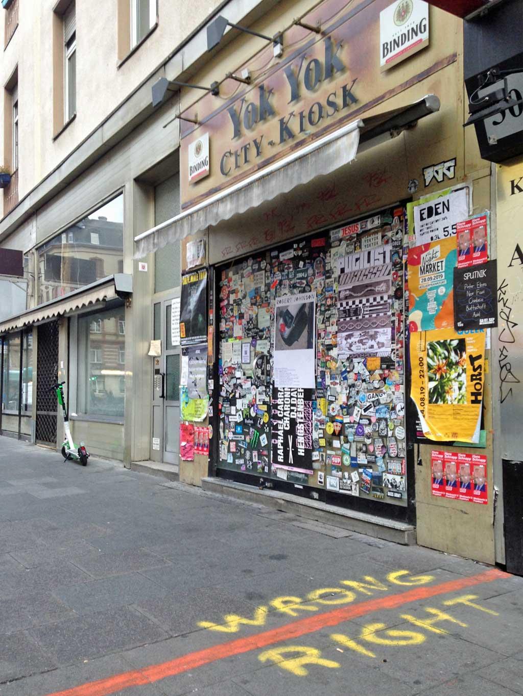 Wrong-Right-Graffiti mkit roter Linie beim Yok-Yok im Bahnhofsviertel