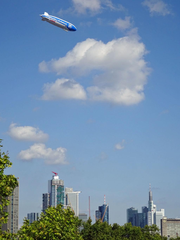 Zeppelin fliegt über Frankfurt