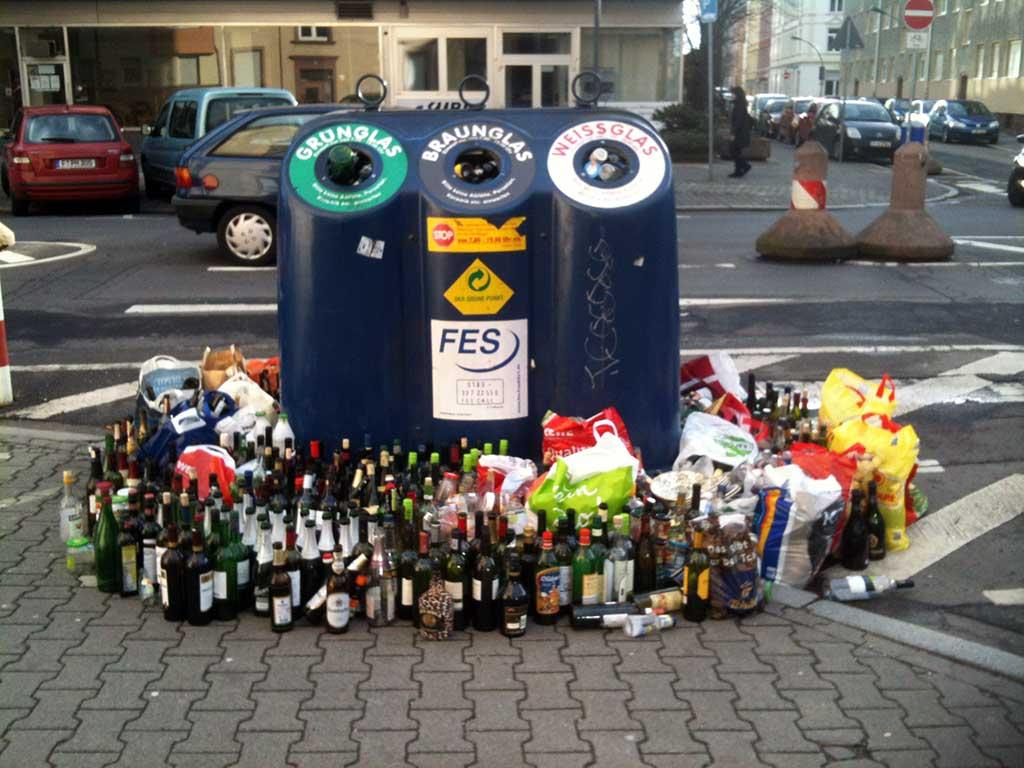 Zu viele Flaschen bei Altglas Containern in Frankfurt